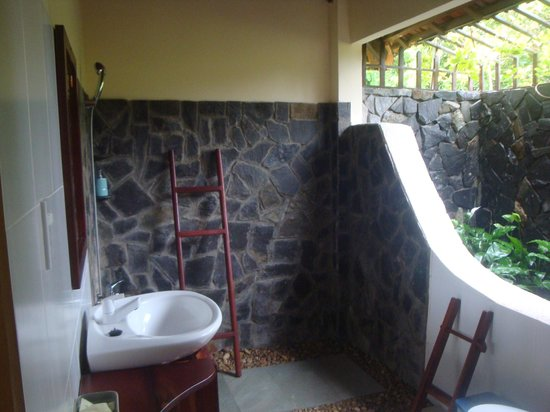 Thanh Kieu Coco Beach Resort: Bathroom and shower
