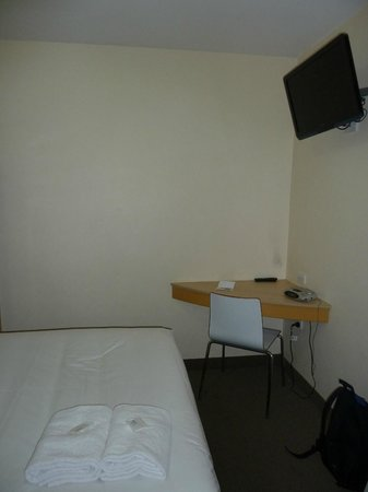 Ibis Budget Melbourne CBD: Desk/tv