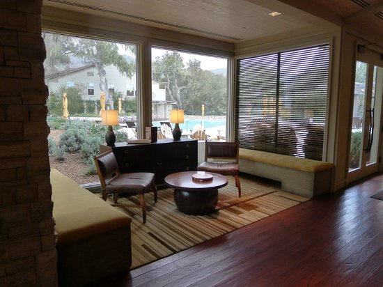 Carmel Valley Ranch: Lodge seating area.