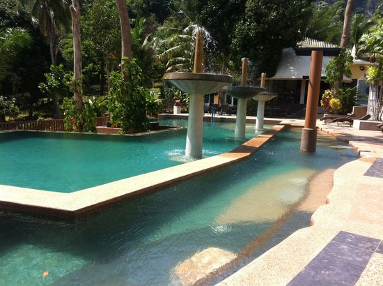 Arawan Krabi Beach Resort:                                     swimming pool and restaurant area