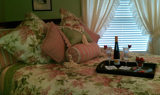 Holmberg House Bed and Breakfast: Bed & Bath Room