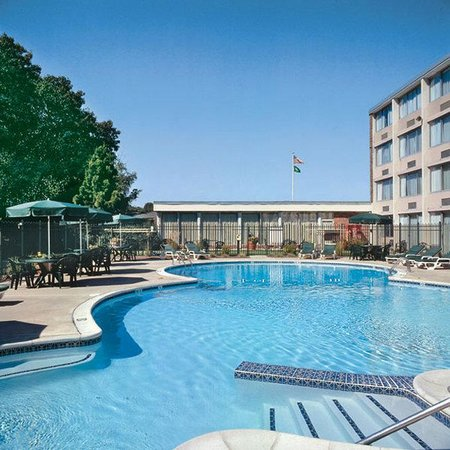 Holiday Inn South Kingstown: Swimming Pool