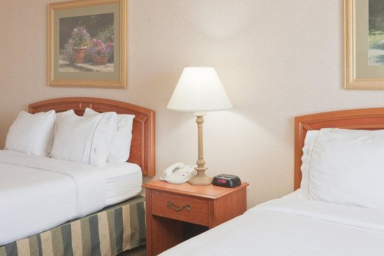 Holiday Inn Express Greensburg: Queen Bed Guest Room