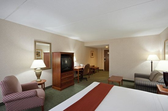 Holiday Inn Express Hotel & Suites: Perfect sleep for a small family with the pull out sofa