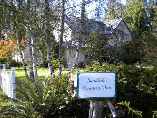 Cloverdale, ออริกอน: Sandlake Country Inn in the Fall