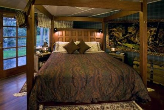 Sandlake Country Inn: Timbers Suite Bed