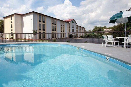 Holiday Inn Express Roanoke-Civic Center: Our beautiful pool is open from late May thru September