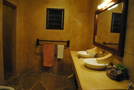 Galu Beach Retreat:                   Good size spacious bathroom with those strange taps!