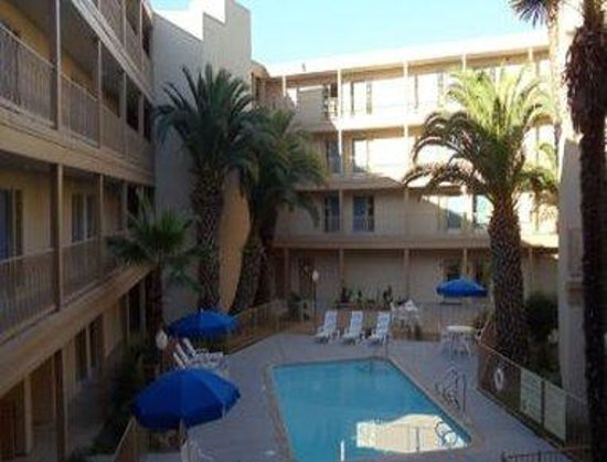 Days Inn and Suites Rancho Cordova: Pool