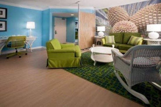 Hotel Indigo Miami Lakes: One Bedroom Suite- living area