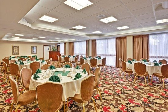 Holiday Inn Toronto / Mississauga: Our Ballroom with seating for 85 guests.  Traditional decor.