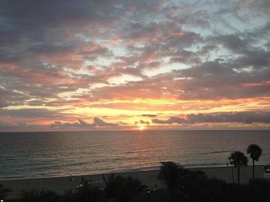 BEST WESTERN Atlantic Beach Resort:                   sunrise view from my room