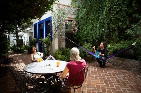 Casita de las Flores: Guests on the patio