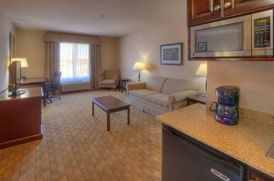 Holiday Inn Express &amp; Suites Albuquerque Old Town: Two Room Suite Seating Area