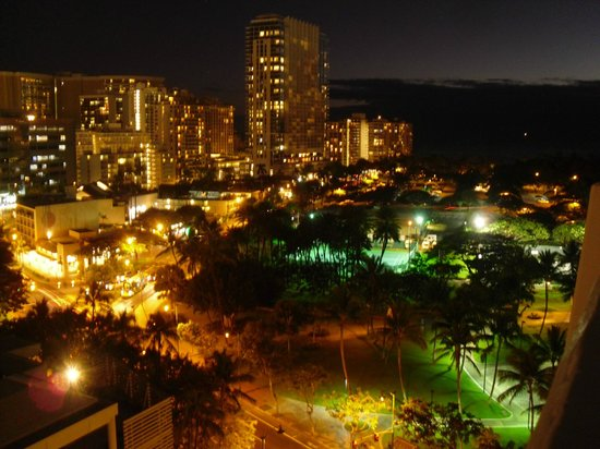 Waikiki Gateway Hotel: Night View from out balcony (16th floor)