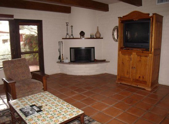Tubac Golf Resort & Spa: 2 bedroom casita living room  with fireplace