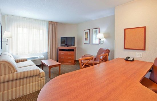 Candlewood Suites Kansas City Airport: One bedroom suite living room