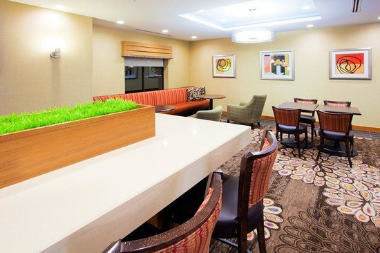 Holiday Inn Express Hotel & Suites Columbia East - Elkridge: Breakfast Area community table