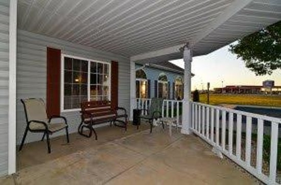 Americas Best Value Inn & Suites-Lake of the Ozarks: Patio Area