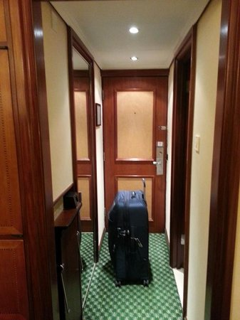 Renaissance London Heathrow Hotel: The tiny entry way.