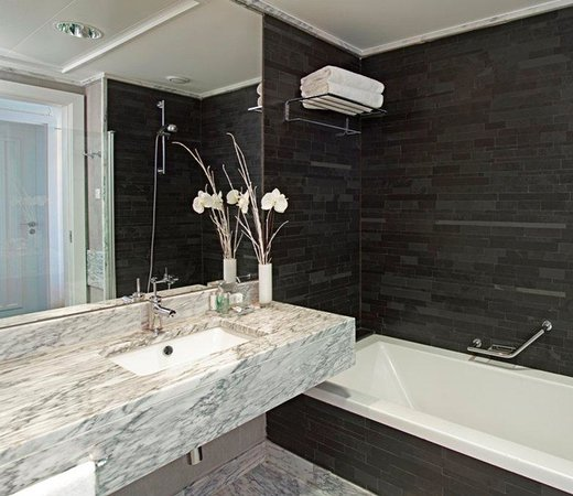 Real Marina Hotel & Spa: Bathroom