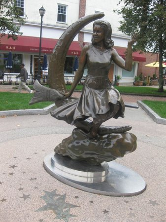 Bewitched Statue of Elizabeth Montgomery