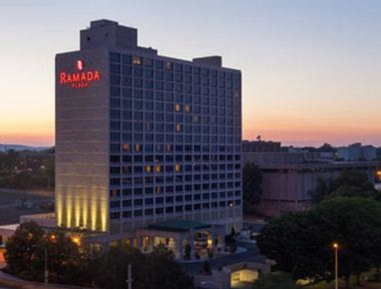 Ramada Plaza Hartford Hotel: Exterior evening