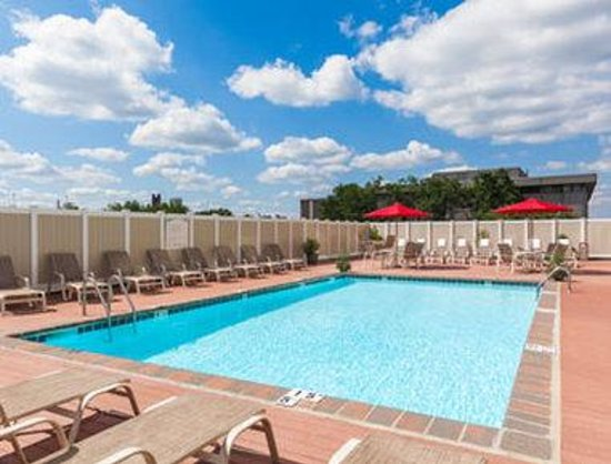 Ramada Plaza Hartford Hotel: Seasonal Outdoor Pool