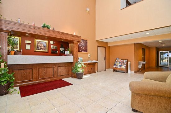 Fairview Heights, IL: Front Desk and Lobby