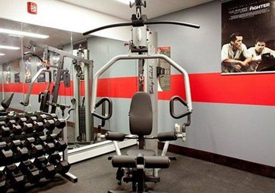 enVision Hotel Boston: Fitness area with free weights