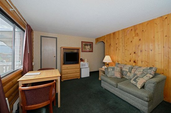 Americas Best Value Inn at Estes Park: 1 Queen Suite with Living Room