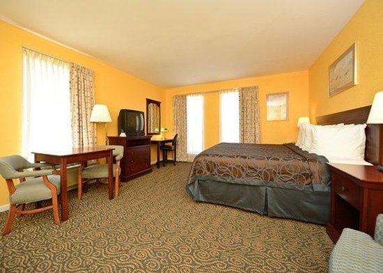 Econo Lodge Inn by the Bay: Guest room with desk