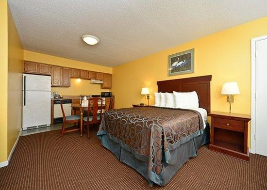 Econo Lodge Inn by the Bay: King with Kitchen