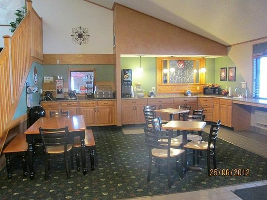 AmericInn Lodge & Suites Calumet:                   Breakfast area in lobby