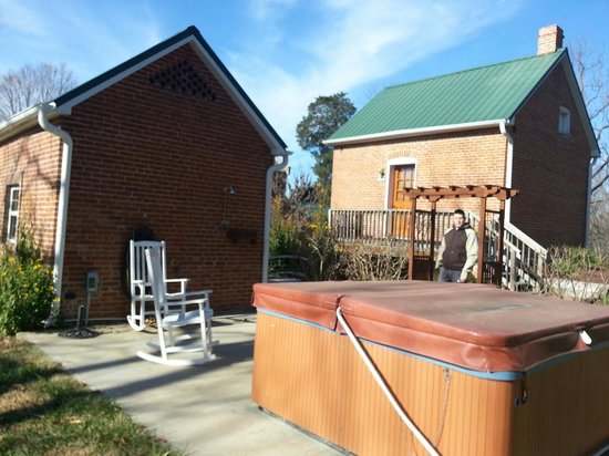 Hermann, MO: The hot tub and view of both cottages