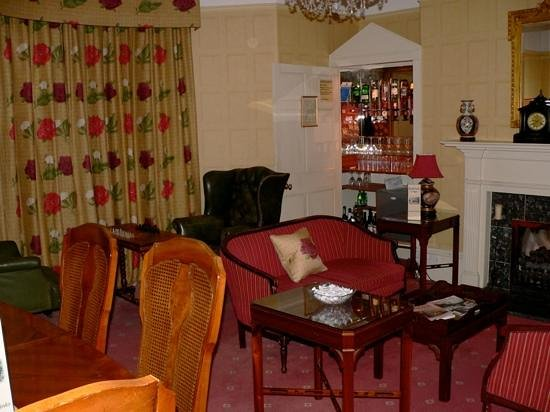 Bailbrook Lodge:                   Sitting Room, ye olde style