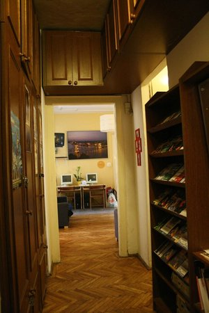 Astoria City Hostel:                   hallway, leaflets