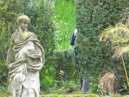 Jardin avec statue romaine picture of serre de la madone for Jardin romain