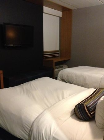 Aloft Jacksonville Airport: another angle if the bed