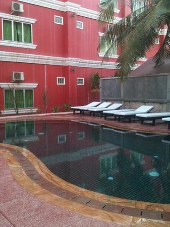 Sidewalk Never Die Hotel Siem Reap:                                     swimming pool at the hotel