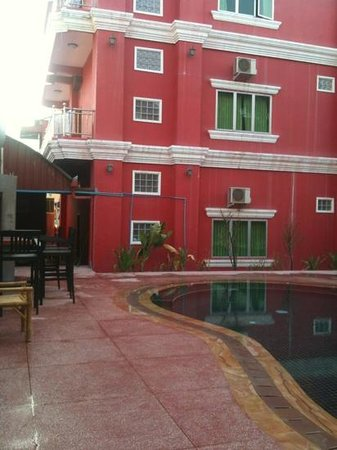 Sidewalk Never Die Hotel Siem Reap:                                     the bar and spa at the shallow end