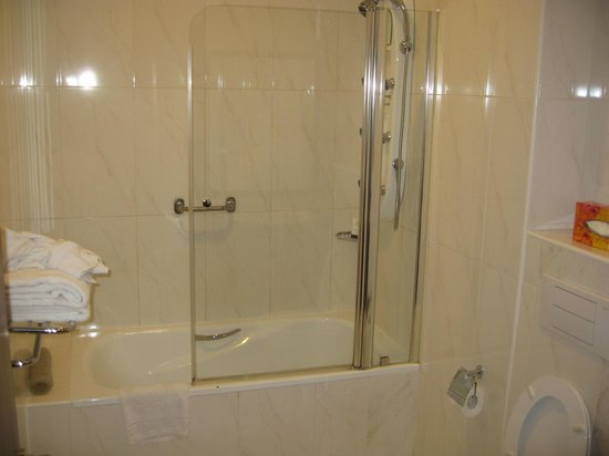 Holiday Inn Accra Airport: Bathroom
