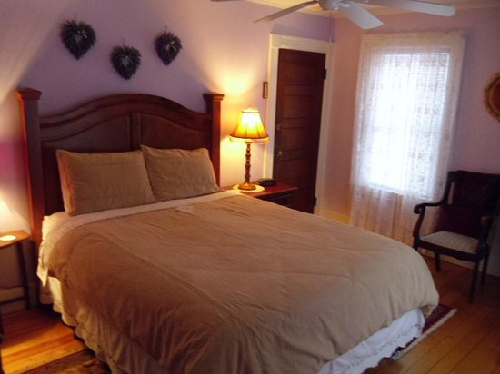 Fair Haven, VT: Lilac & Lace room,  queen size room