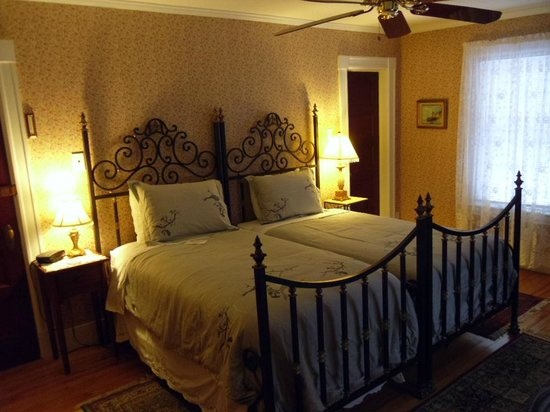 Fair Haven, VT: Rosewood room, has two twin beds