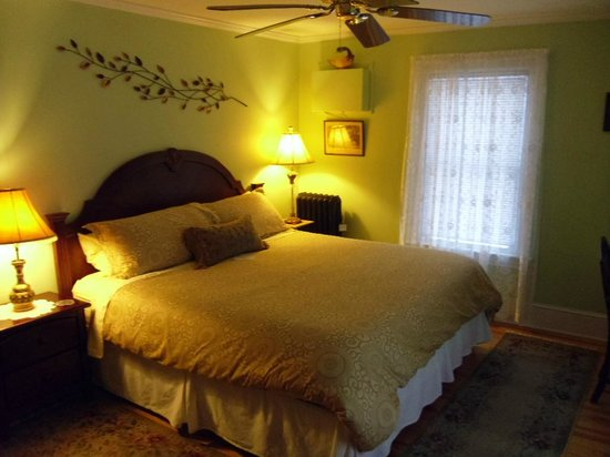 Fair Haven, Βερμόντ: Apple Blossom room,  king size bed