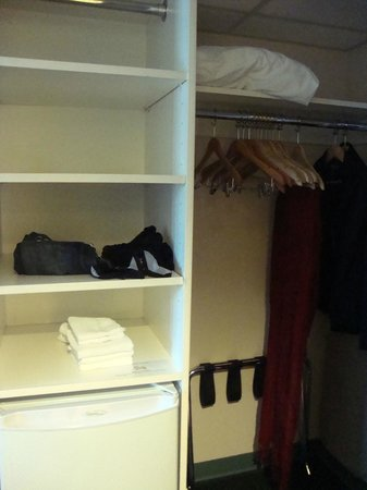 YWCA Hotel Vancouver: Great, roomy closet!