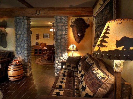 The Log House Lodge: Living Room and dining Room of the Pioneer Suite