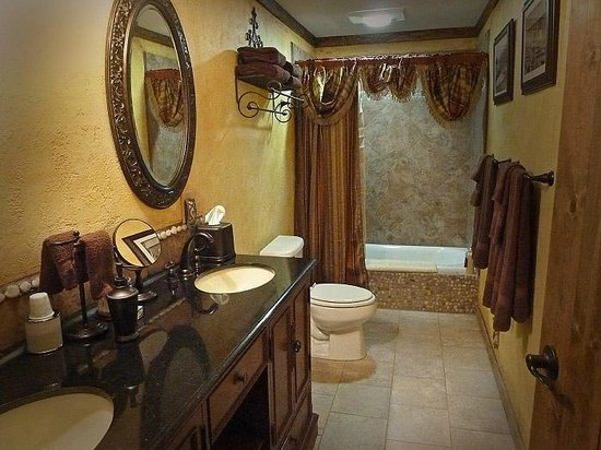 The Log House Lodge: The Gold Miner's Daughter Room bath