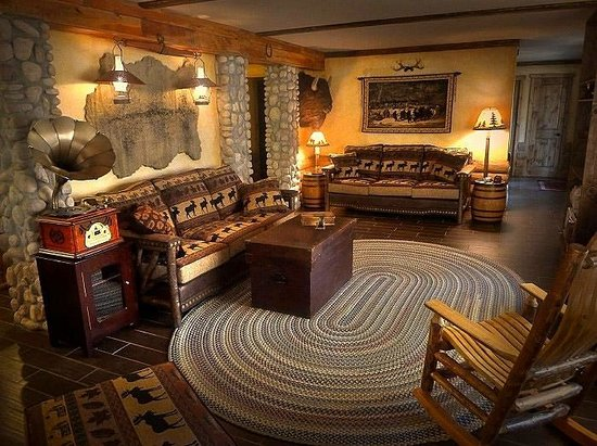 The Log House Lodge: The living room area of the Pioneer Suite