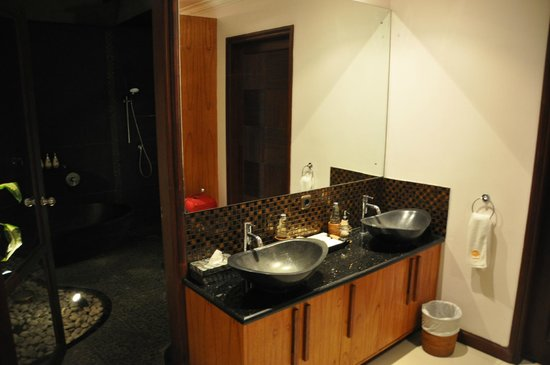 Jimbaran Cliffs Private Hotel & Spa:                                                       pre-bathroom! (it is like a bathroom insid